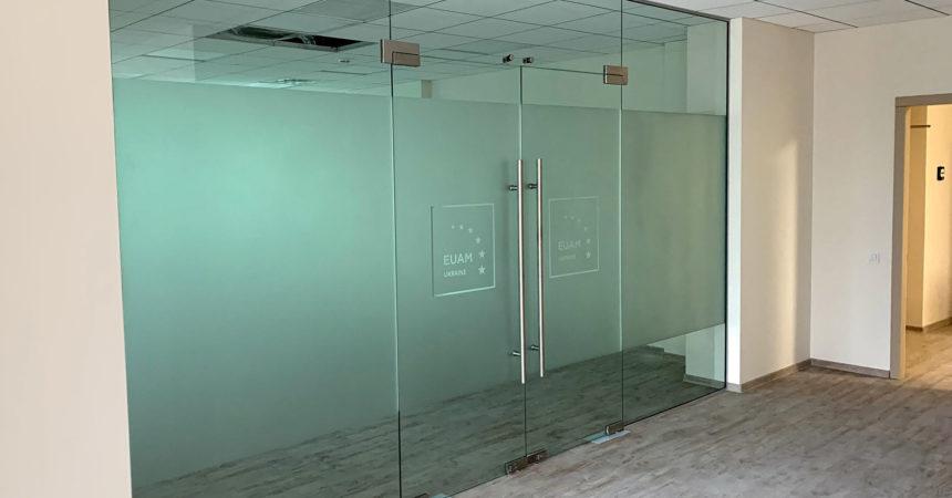 Маятниковая стеклянная перегородка