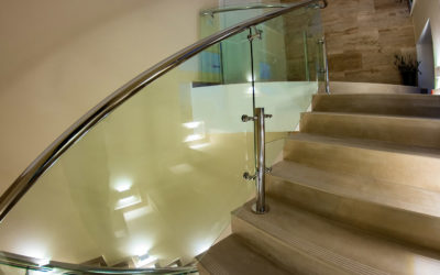 Стеклянное ограждение лестницы с поручнем