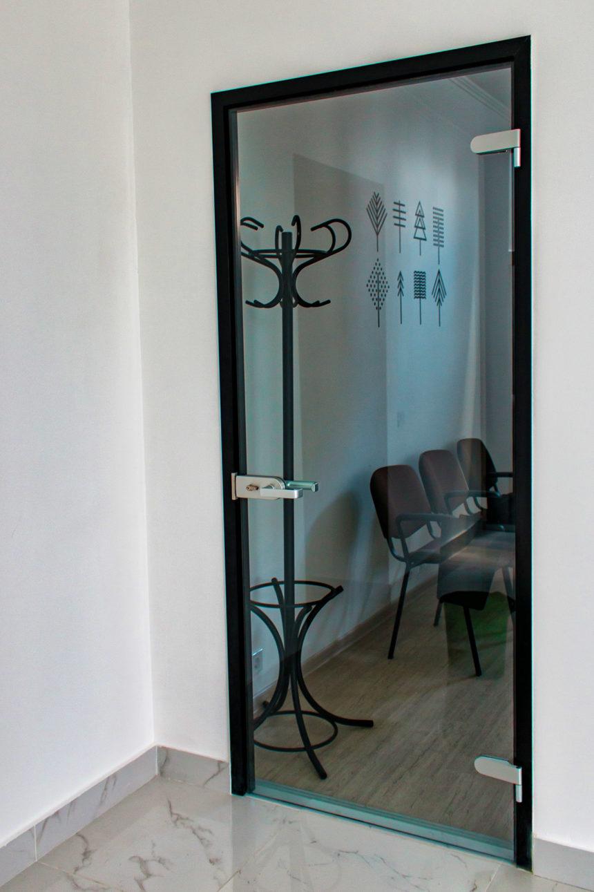 Стеклянная межкомнатная дверь в стиле минимализма лофт