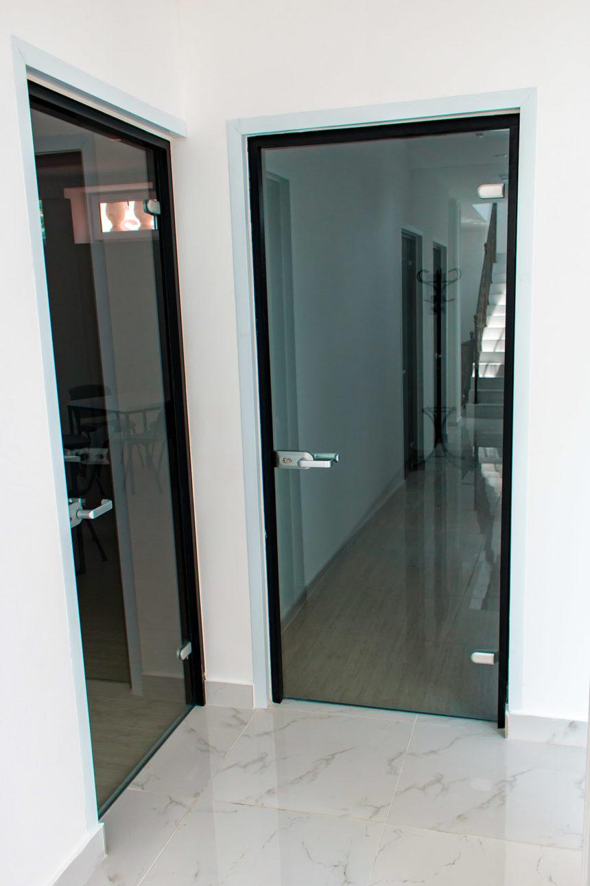 Вид сзади на стеклянную межкомнатную дверь с коробкой Лофт