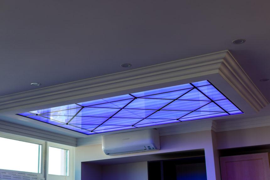 Стеклянный потолок в квартире с RGB подсветкой