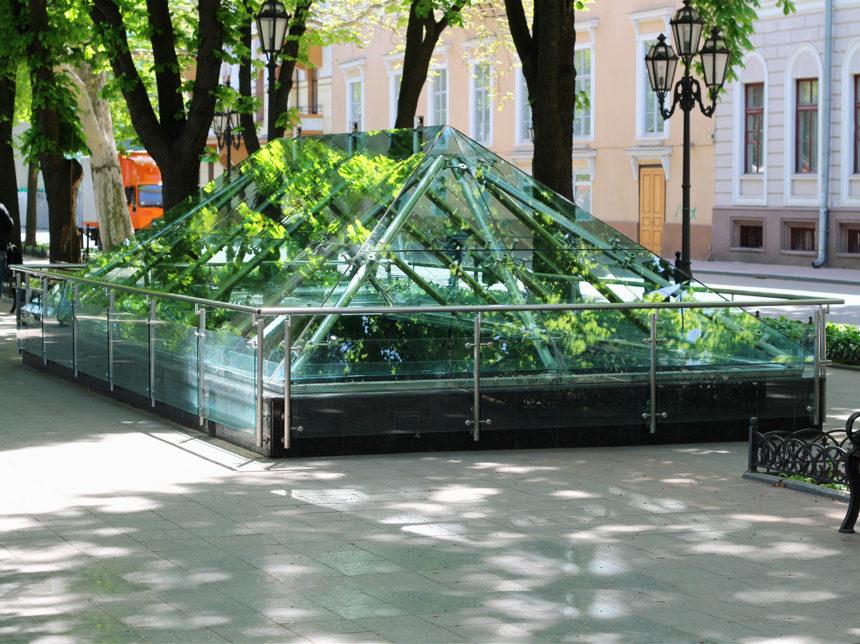 Стеклянный купол с ограждением в Одессе спустя 10 лет