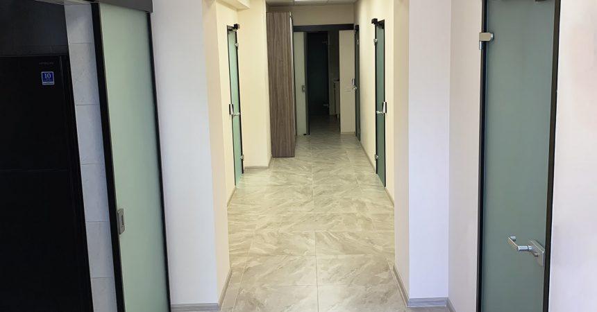офисные двери с доводчиком