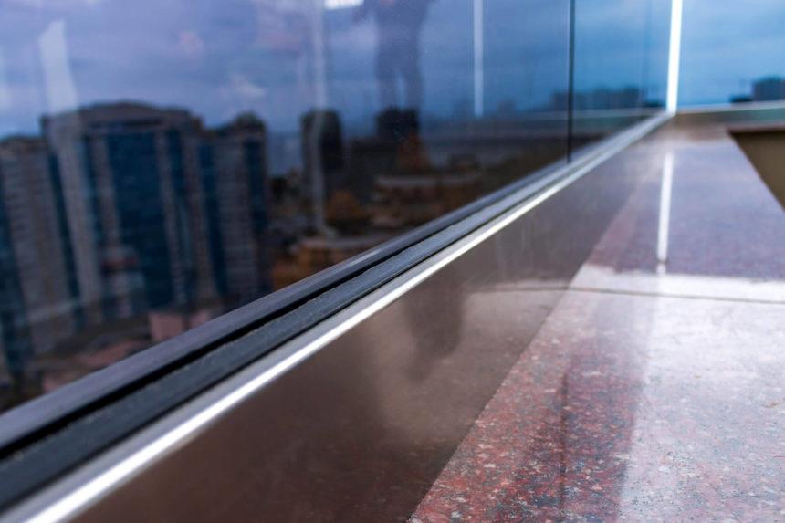 Шина как элемент крепления стеклянного ограждения