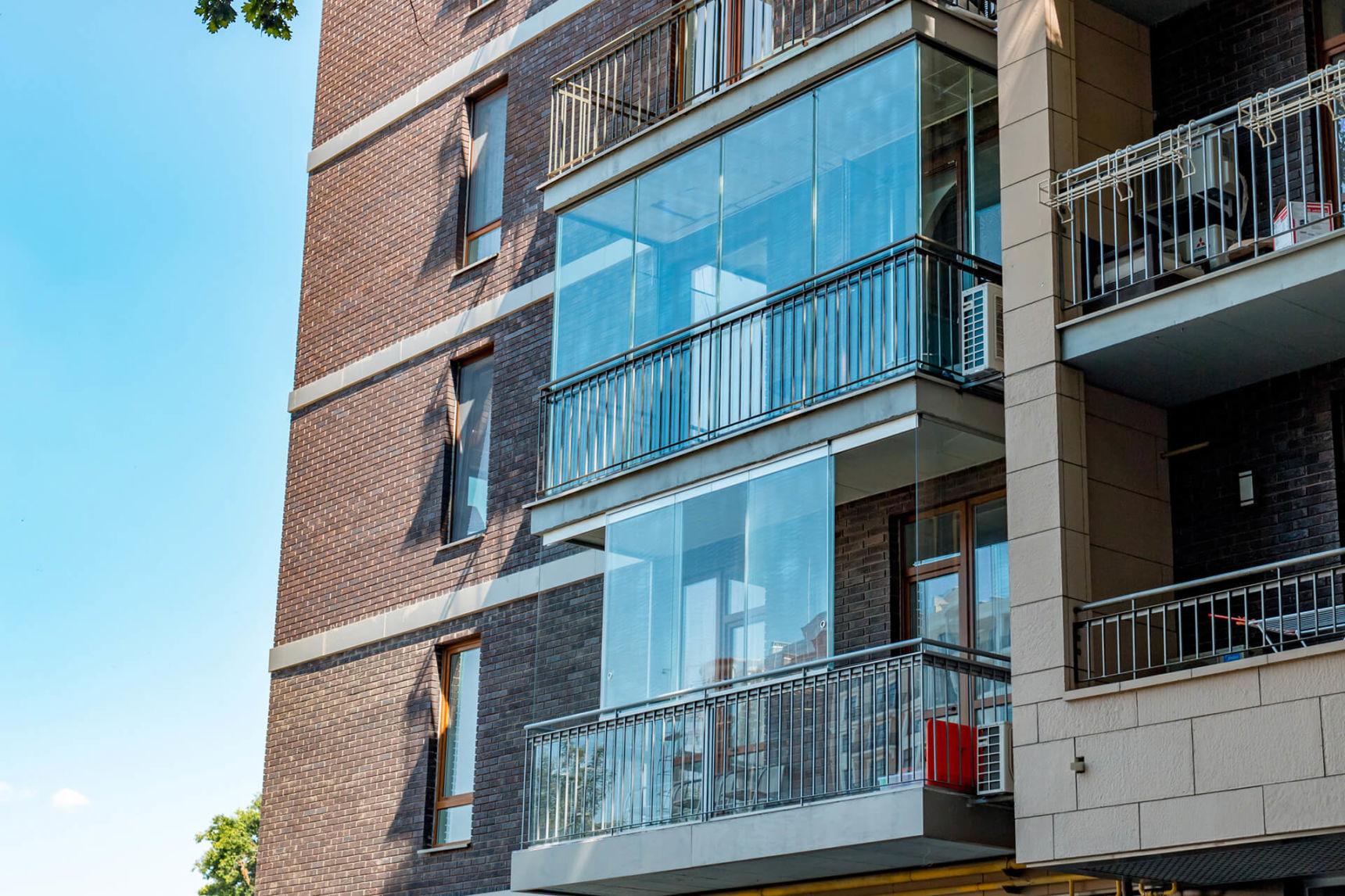 Бескаркасное остекление балкона - реализованный проект, стои.