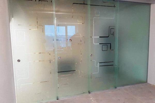 Сдвигаемая стеклянная стена
