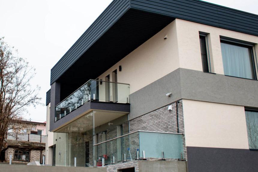 Стеклянное ограждение на нержавеющих стойках на балконе
