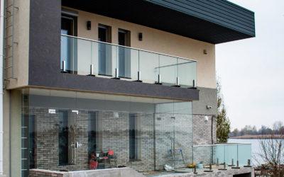 Стеклянная перегородка как элемент фасада в частном доме