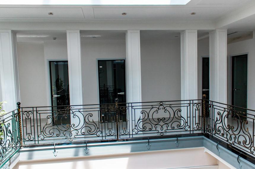 Неудачное фото стеклянных межкомнатных дверей, спрятавшихся за колоннами