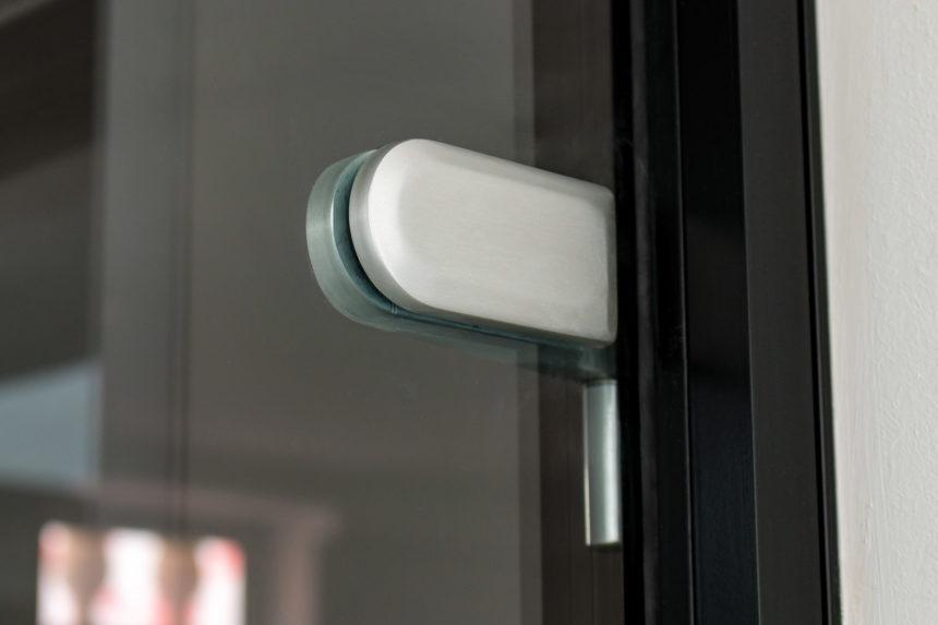 Обратная сторона петли wss schlechtendahl на стеклянной двери с коробкой лофт