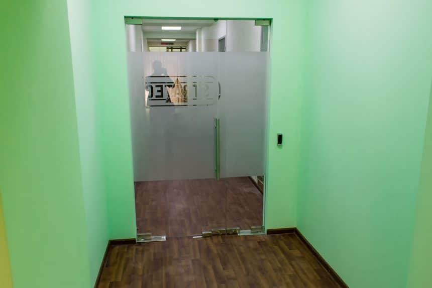 стеклянные двери в коридор