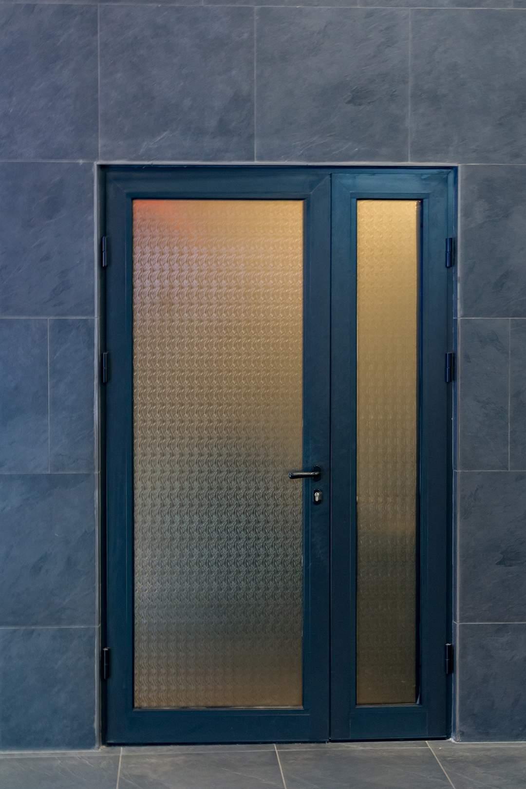 алюминиевая дверь с рефлённым стеклом