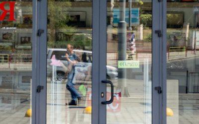 алюминиевая дверь со стеклом