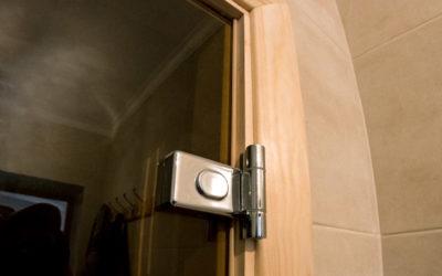 Стеклянная дверь в деревянной коробке