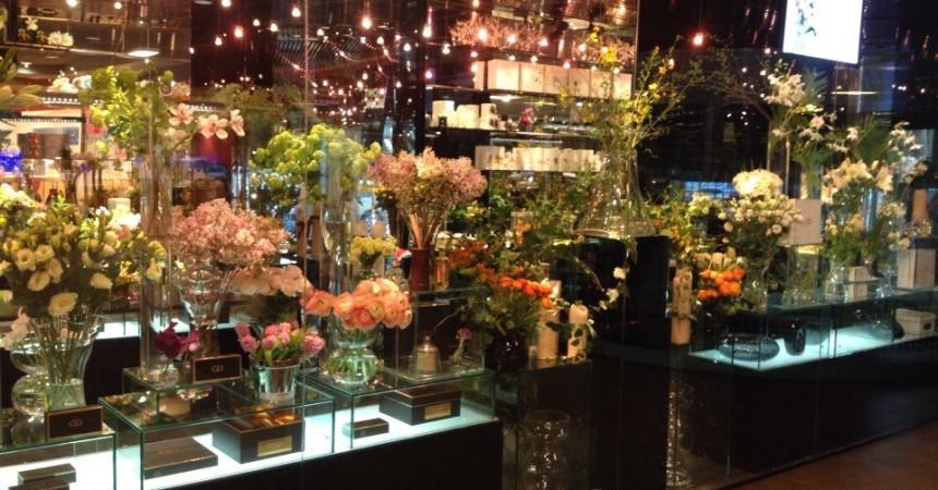стеклянная витрина магазина цветов