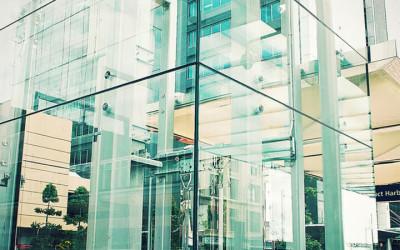 просторный лифт из стекла
