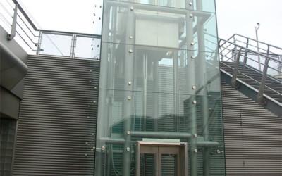 стеклянная лифтовая шахта