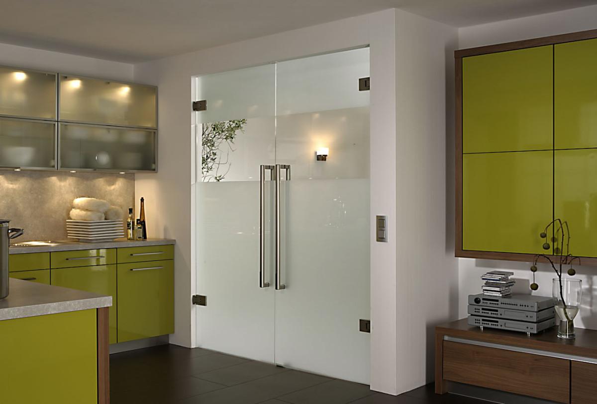 Маятниковые двери из стекла на кухню