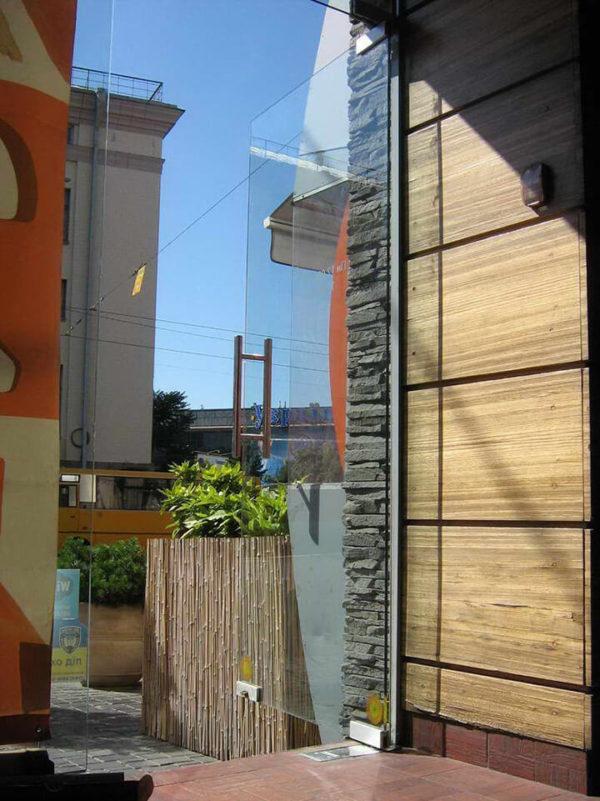 маятниковые двери стекло