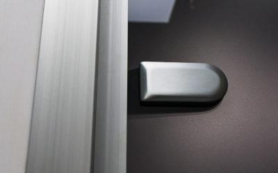 Внутренняя часть петли для стеклянной двери в коробке