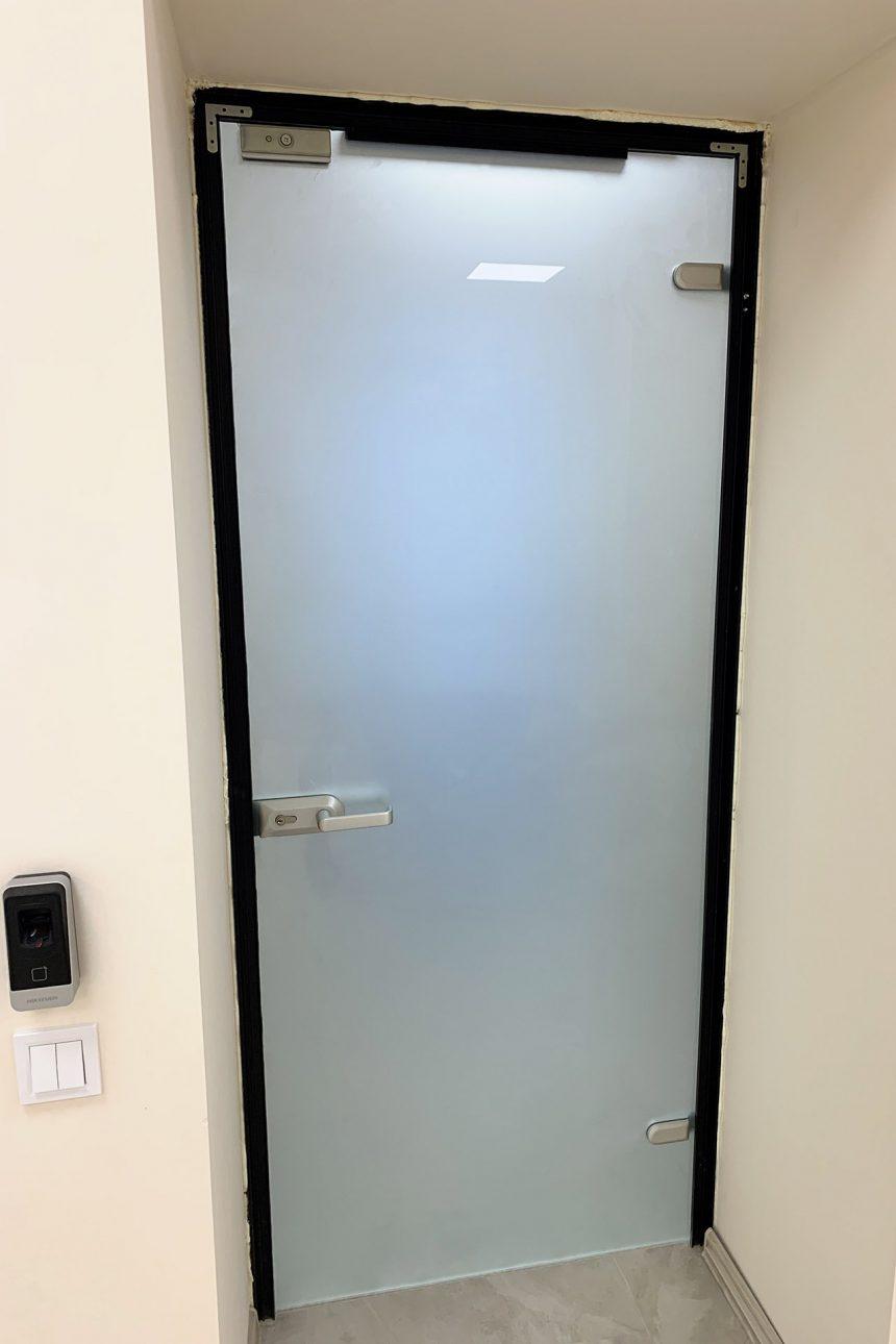 офисная стекянная дверь