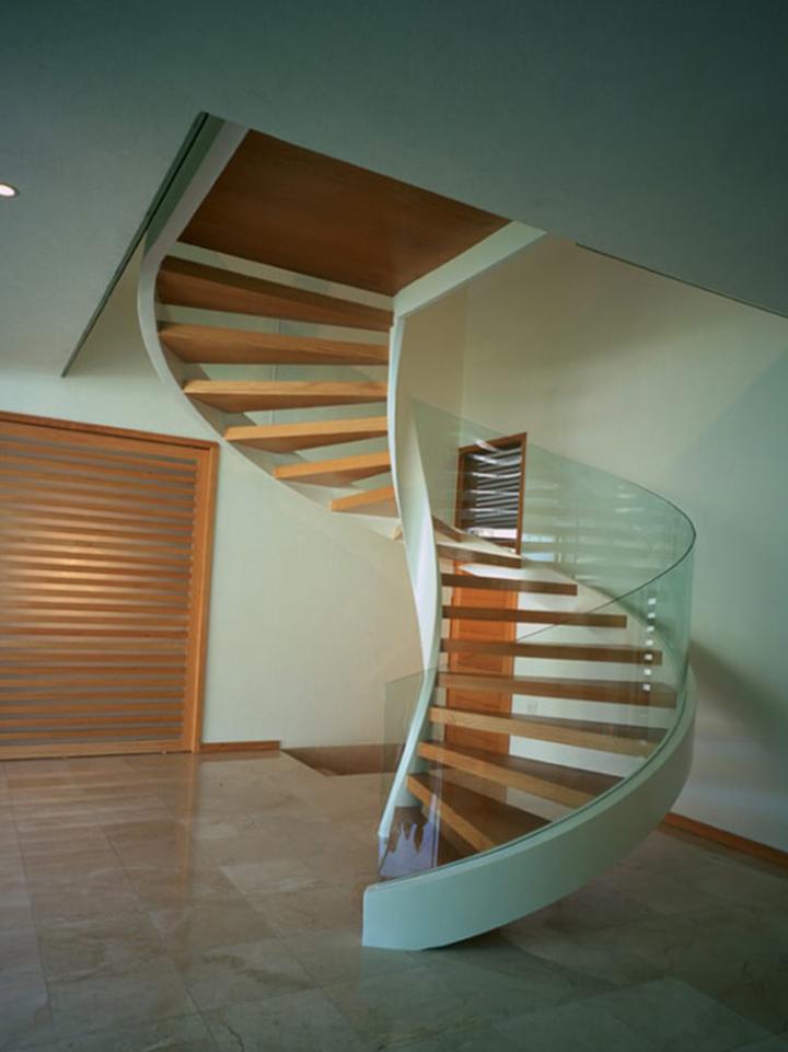 Остекление деревянной лестницы