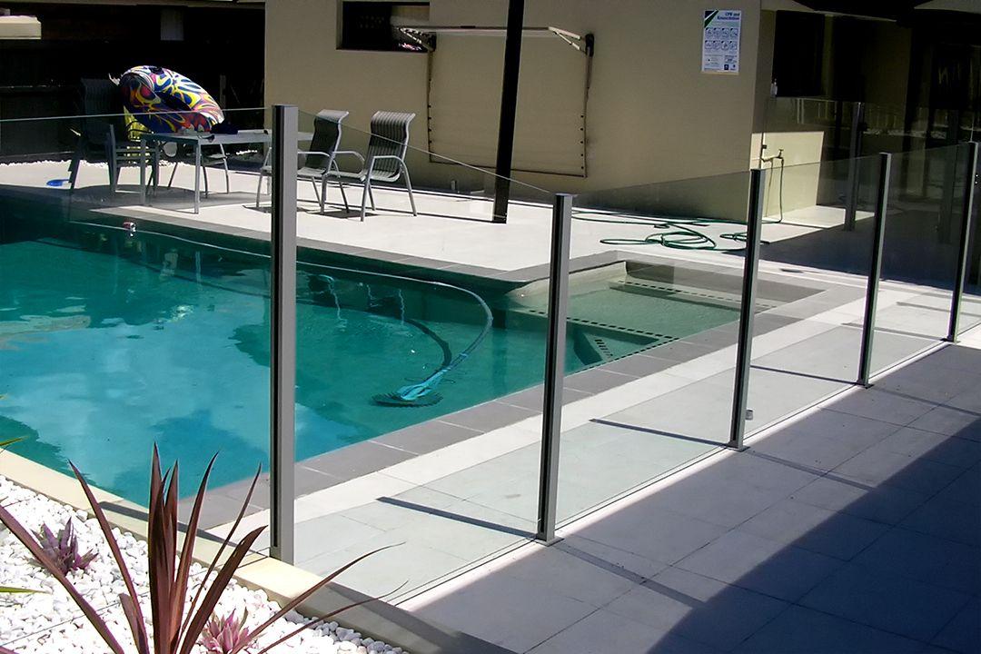 ограждение бассейна из стекла