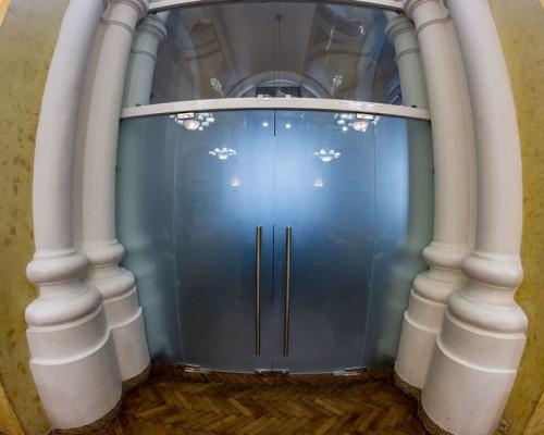 Стеклянные маятниковые двери в Синагоге