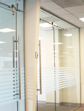 раздвижные стеклянные перегородки фото