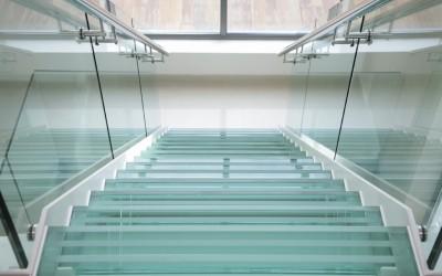 Стеклянная лестница в дом