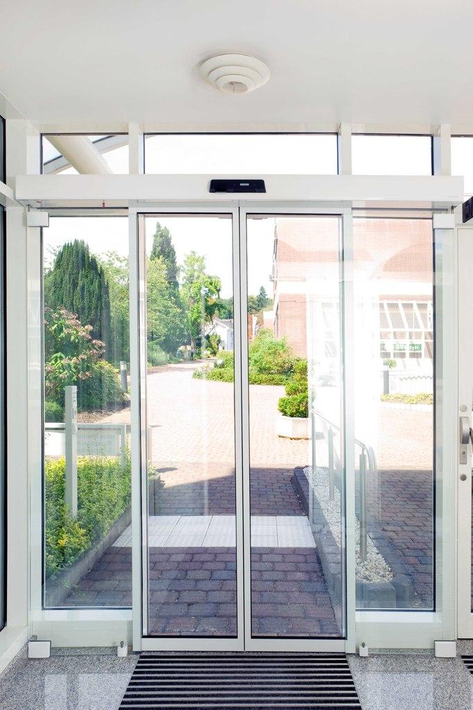стеклянная дверь геце