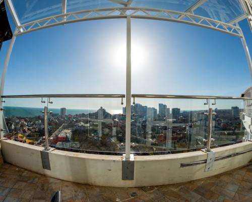 Стеклянное ограждение балкона и козырек