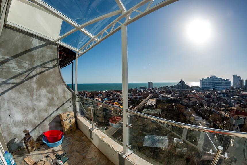 стеклянное ограждение балкона с козырьком