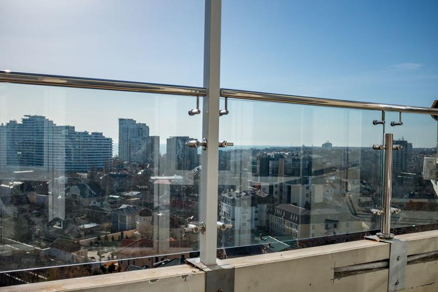ограждения балконов с козырьками из стекла