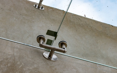 спайдерное крепление стеклянного козырька