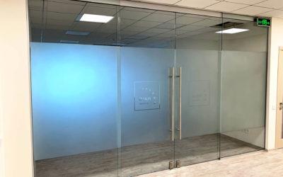 стеклянные перегородки в хайтек