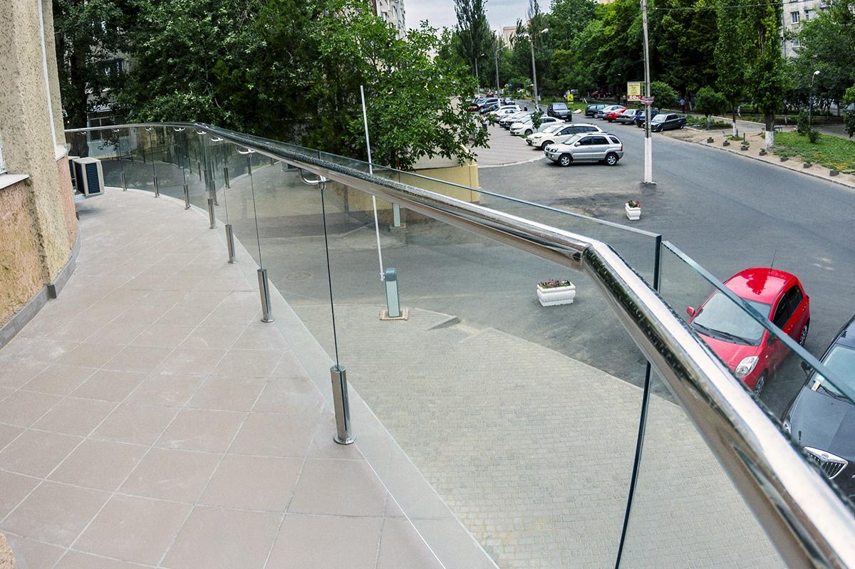 стоечное ограждение из стекла 305мм