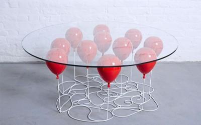 стеклянный столик с надувными шариками