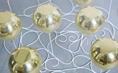 стеклянный стол с шариками