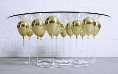 стеклянный столик с золотыми шарами