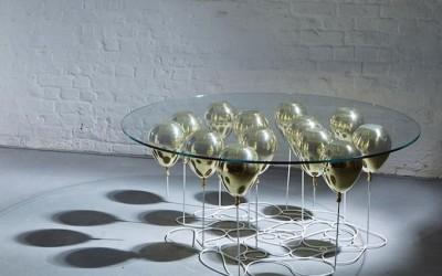 стеклянный стол с надувными шариками